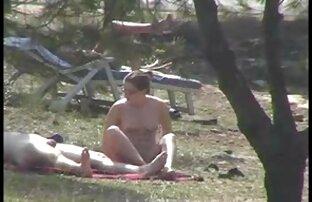Mit intimem Haarschnitt und zeigt ihre Vagina vor der reife weiber filme Kamera